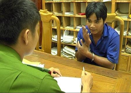 Hồ Văn Huynh đang khai nhận tại cơ quan công an - (Ảnh: Hoàng Thọ)