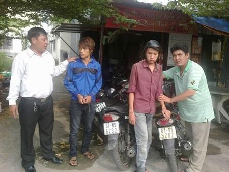 Anh Tân (ngoài cùng, bên trái) và đồng đội vừa bắt hai tên trộm xe ở Bình Dương vào ngày 8-4