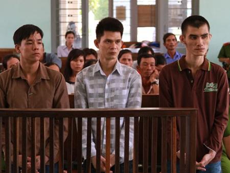 Võ Kỷ, Phạm Nhữ Chi và Vũ Anh Sang (từ trái qua) tại tòa.
