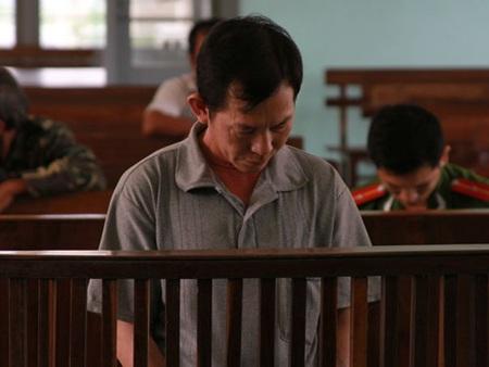 Nguyễn Quang Vinh cúi gầm mặt tại tòa