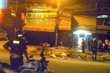 Quán ăn sát bên cạnh nhà ông Thanh bị đập phá tan tành.