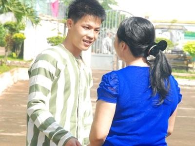 Phạm nhân Nguyễn Minh Quang nhận lời tha thứ từ bà Nguyễn Kim Oanh - mẹ nạn nhân.