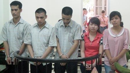 Tuyết (ngoài cùng bên phải) cùng đồng bọn tại phiên tòa sơ thẩm.