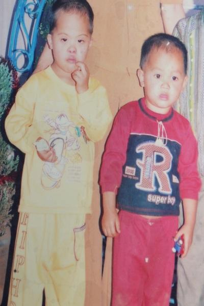 Di ảnh của hai cháu Hà Phú Quý (trái) và Hà Cao Nguyên