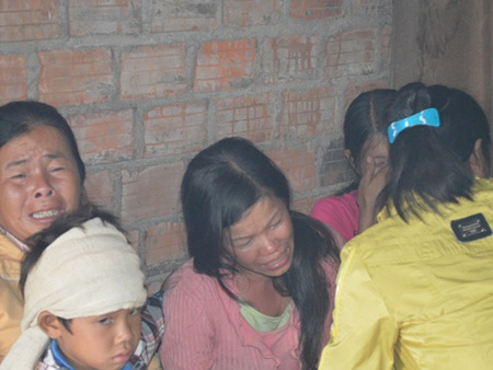 Chị Triệu Thị Bài (giữa) đau đớn vì cùng lúc mất 2 đứa con