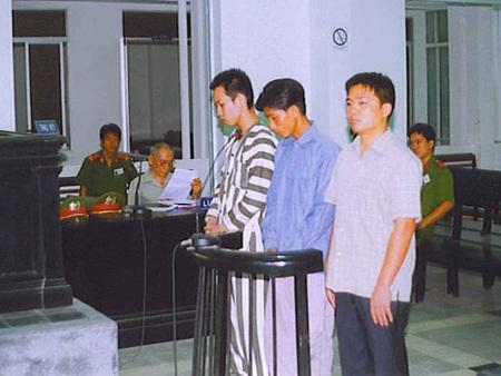 Hạnh (bìa phải) cùng đồng bọn tại phiên tòa năm 2005