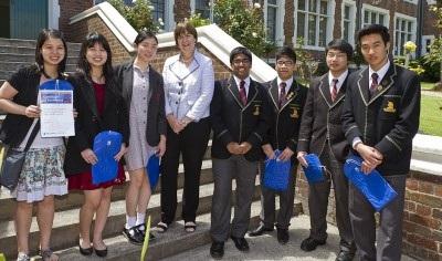 Phó Hiệu trưởng, Giáo sư Edwina Cornish với các HS của hai trường cấp ba nổi tiếng