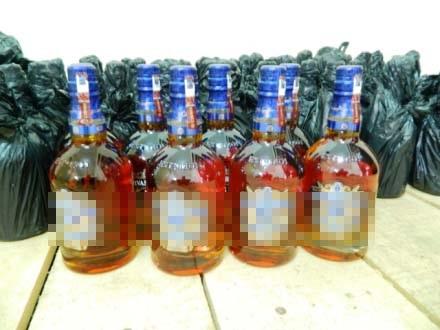 Hàng trăm chai rượu ngoại nhập lậu bị cơ quan chức năng thu giữ