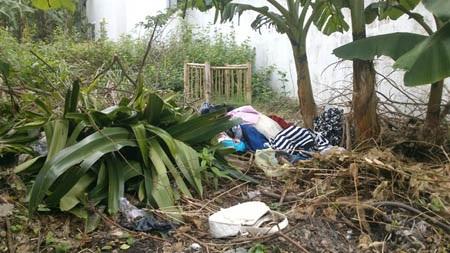 Quần áo của nạn nhân bị Trung bắt cắt, vứt ra ngoài vườn