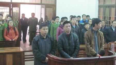 Các bị cáo nghe tòa tuyên án Các bị cáo nghe tòa tuyên án.
