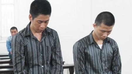 Nguyễn Duy Tuấn (bên phải) cùng bị cáo liên quan tại phiên tòa