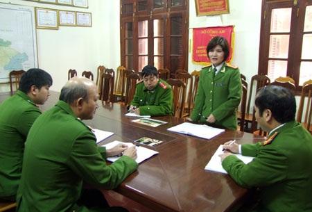 Trung tá Thu Hà họp triển khai kế hoạch đấu tranh với tội phạm ma túy.