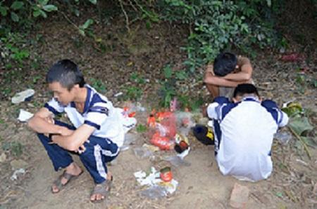 Một nhóm học sinh đang tổ chức hít keo đã bị bắt quả tang