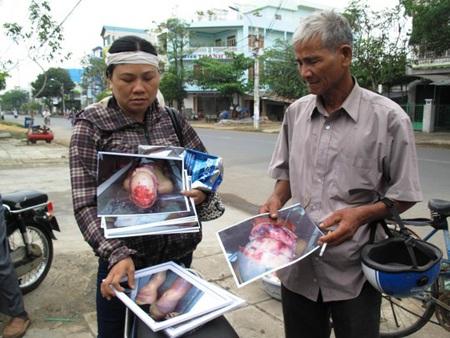 Ông Ngô Văn Cộ (cha) và chị ngô Thị Tuyết (chị Kiều) mang theo các chứng cứ ra tòa
