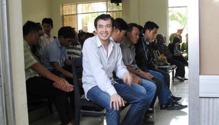 Bị cáo Nguyễn Thân Thảo Thành tươi cười hớn hở tại phiên sơ thẩm