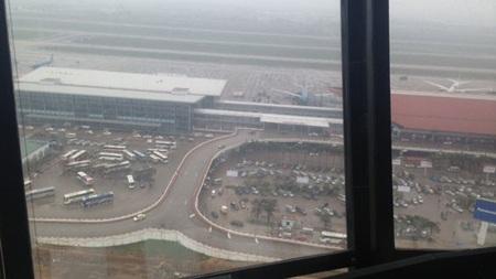 Trên đài không lưu của sân bay Nội Bài nơi điều khiển các máy bay cất cánh và hạ cánh