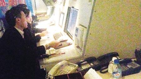 Các kiểm soát viên không lưu của ACC Hà Nội đang làm việc