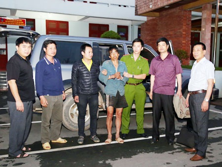Tổ công tác đã dẫn giải đối tượng Chè Văn Sung (áo xanh đứng giữa) từ Lai Châu về Sơn La.