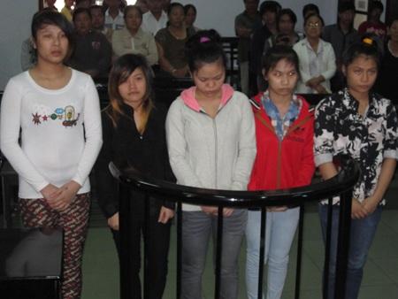 Các bị cáo nữ tuổi teen tại tòa