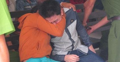 Hai mẹ con bị cáo ôm nhau khóc nức nở trong giờ nghị án.