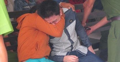 Mẹ của Khoa khóc vật vã tại sân tòa