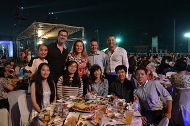 Các thí sinh đạt giải chụp ảnh lưu niệm cùng ban lãnh đạo công ty tổ chức giải thưởng tại Thái Lan.