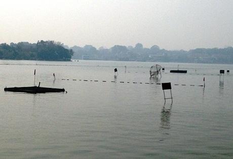Các cọc mốc, biển báo được cắm chi chít trên mặt hồ để người chơi ước lượng và làm đích ngắm.