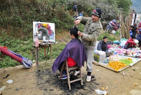 Thợ cắt tóc là những người Hải Phòng, Hải Dương lên vùng cao lập nghiệp.