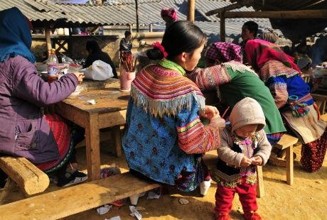 Phiên chợ giống như một ngày hội. Phụ nữ thường ăn vận thật đẹp với váy áo, khăn quàng đủ màu sắc.