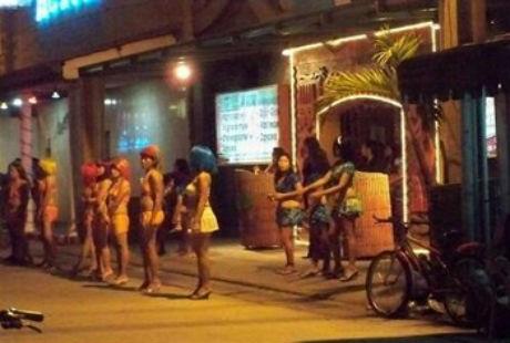 """Tại Angeles, bạn có thể thấy các cô gái """"bán hoa"""" và bán Viagra ở khắp nơi."""