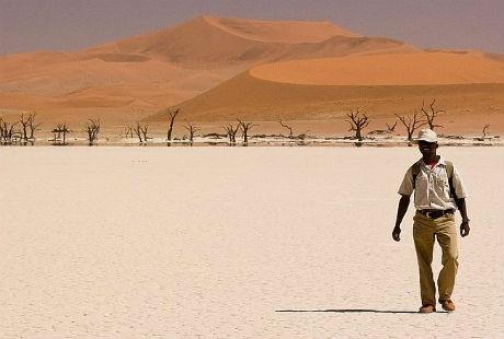 Một người đàn ông đi qua sa mạc