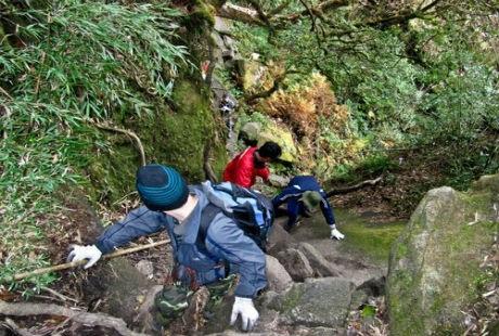 Có rất nhiều khó khăn hiểm trở khi leo núi