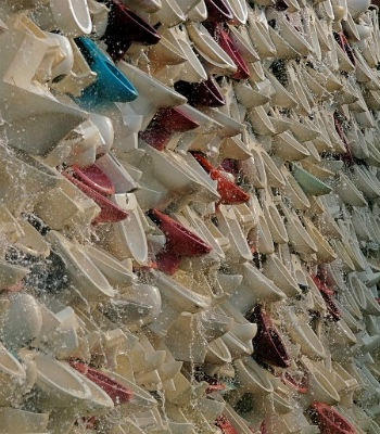 Độc đáo thác nước làm từ hàng nghìn bồn cầu toilet