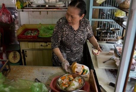 Tiếp đến là hiệu bánh mì Hòa Mã của bà Lê Thị Hạnh, được mở từ năm 1960.
