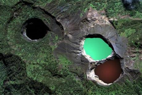 Ba hồ nước đổi màu nổi tiếng trên đỉnh núi lửa Kelimutu của Indonesia.
