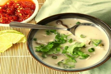Canh nước dừa nấu với thịt gà, đậu phụ kết hợp với cây sả