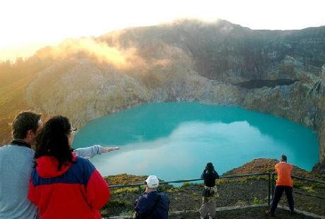 Một hồ nước đổi sang màu xanh ngọc bích tuyệt đẹp.