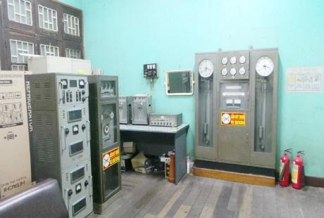 """Bên trong căn phòng điều khiển chứa """"đồng hồ mẹ"""" rộng khoảng 30m2."""
