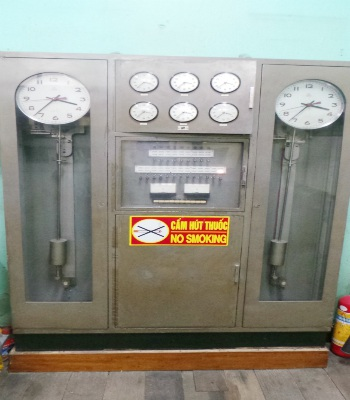 Bên cạnh chiếc đồng hồ mẹ còn có 6 chiếc đồng hồ con gồm 6 đường đi cấp tín hiệu ra bên ngoài.