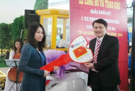 Đại diệnVietravel Hà Nội trao giải đặc biệt cho khách hàng Dương Thị Ánh Nguyệt.