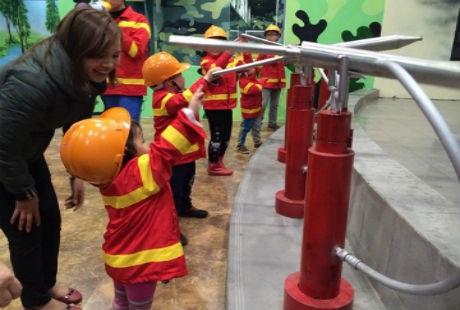 Trực tiếp tham gia làm lính cứu hỏa.