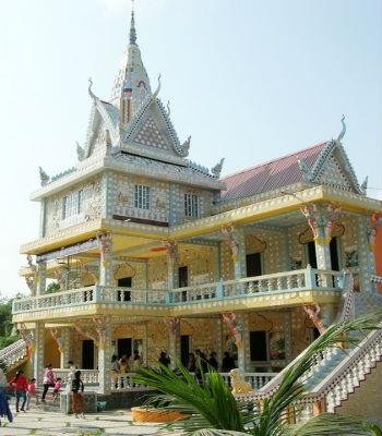 Khung cảnh bên ngoài của ngôi chùa Chén Kiểu.
