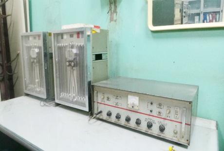 Hệ thống tủ biến áp nhận tín hiệu, bao gồm máy ghi âm và băng từ.