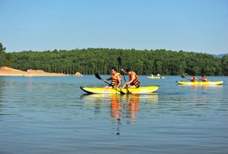 Đại Lải còn có nhiều hoạt dộng giải trí bổ ích như chèo thuyền ngắm cảnh. Ảnh: flamingodailai.com