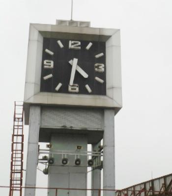 Chiếc tháp của đồng hồ được đặt trên tầng 5 của tòa nhà bưu điện Hà Nội với diện tích khoảng 15m2.
