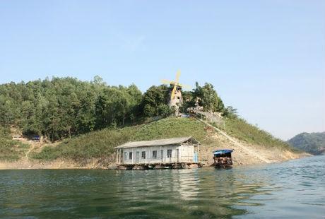Khoang Xanh hay Ao Vua đều là địa điểm lý tưởng và hợp lý cho dịp nghỉ lễ ngắn ngày.