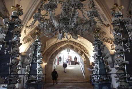 Hình ảnh đầy rùng rợn nhưng khá ấn tượng bên trong của nhà thờ.