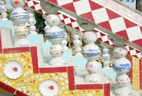 Tay vịn cầu thang và hành lang của chùa được trang trí bằng những chiếc bát, đĩa khá đẹp mắt.