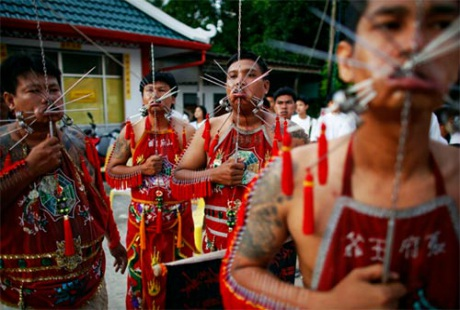 """""""Rợn người"""" trước những nghi lễ hành xác tại lễ hội ăn chay Phuket"""