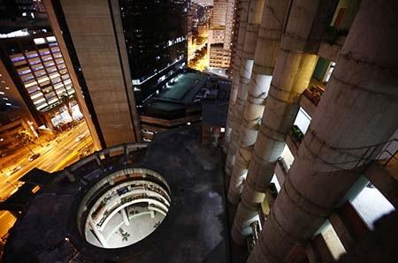 Tòa nhà sáng điện về đêm